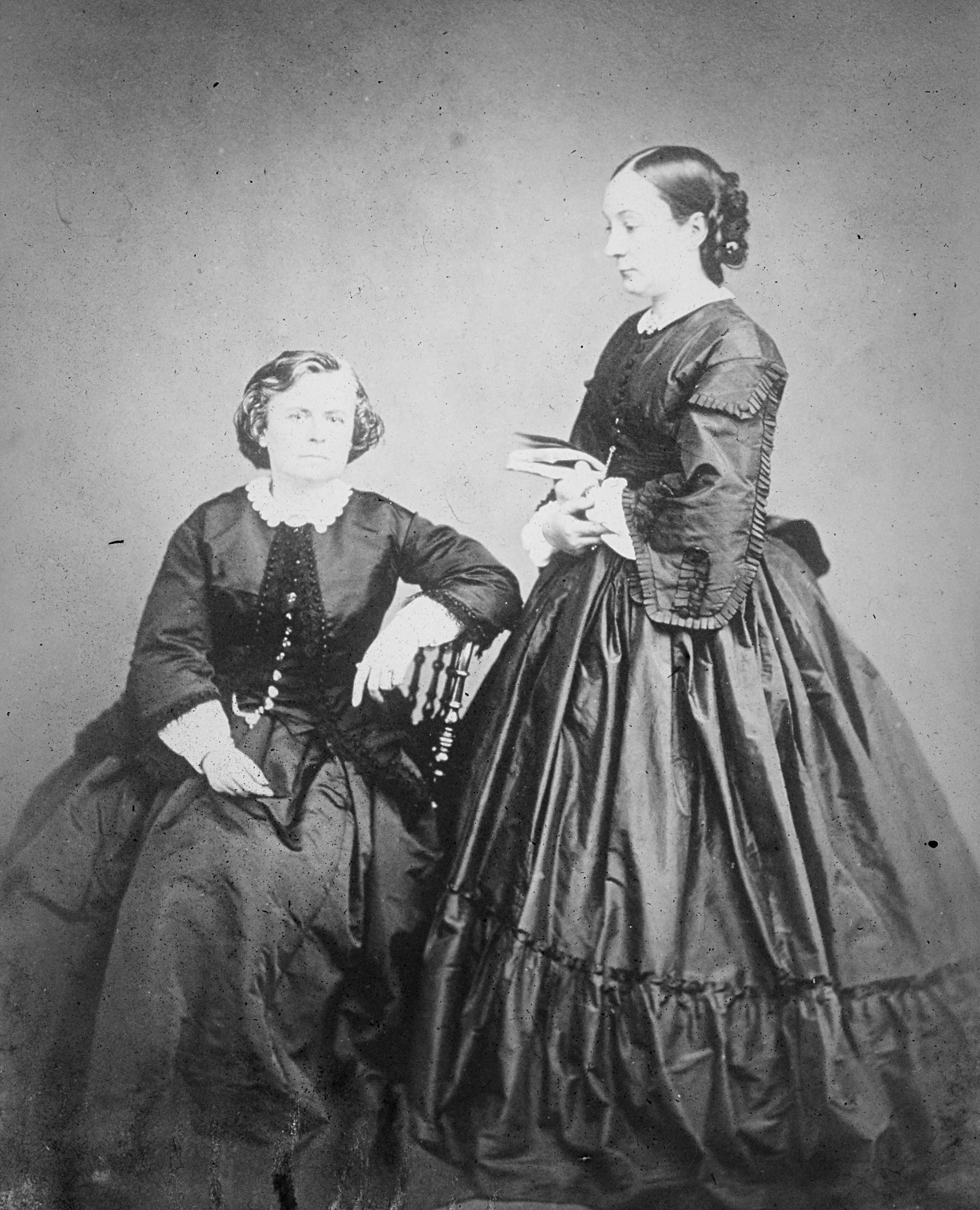 Rosa and Nathalie in black and white and large dresses