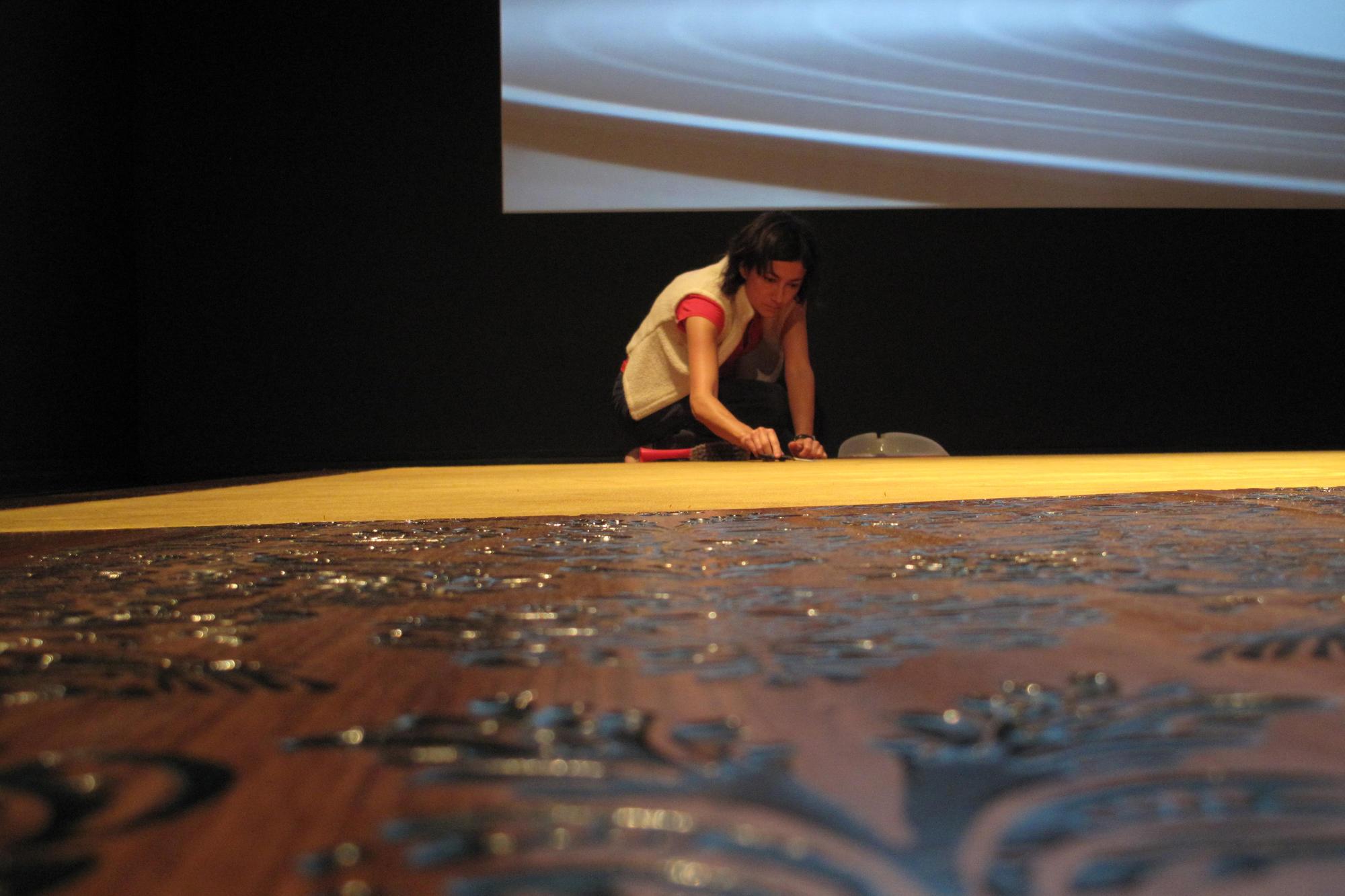 Su-Mei Tse installing Floating Memories, 2008.