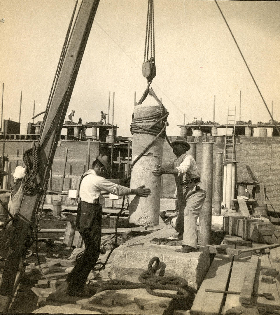 Construction workers setting columns, 1900-1901